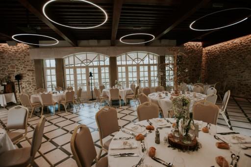 Tables dressées pour un mariage